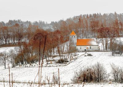 Widok na kościół z drogi w kierunku Marwałdu