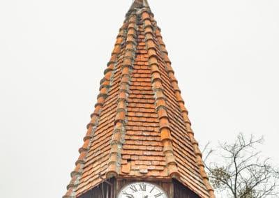 Wieża z dzwonem i niedziałającym już zegarem
